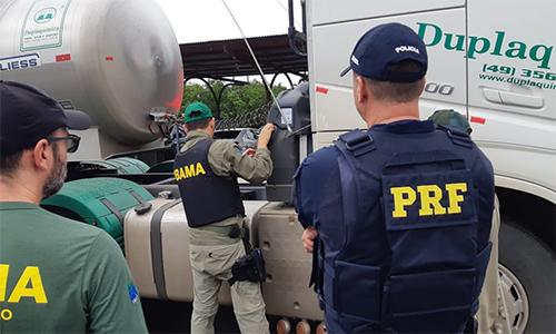 Operação da PRF e Ibama fiscaliza fraudes no Arla 32 em Uberlândia